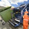Retirada do lixo será feita com caminhões, nos quais os coletores se aproximarão para engatar os contêineres no veículo