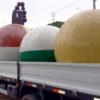 Três esculturas esféricas em cima de um caminhão