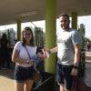 Visitantes entregando alimentos na bilheteria do Parque