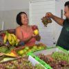 Funcionários da entidade felizes com a doação de alimentos