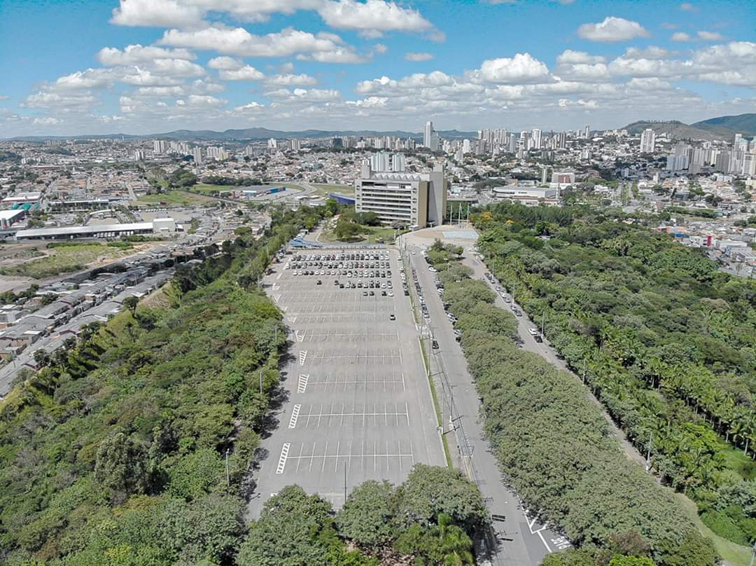 Imagem mostra área do Paço Municipal, arborizada. Ao fundo, cidade de Jundiaí