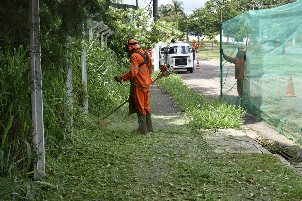 Av. Dr. Adilson Rodrigues, no Jd. Samambaias, já teve funcionários terceirizados da prefeitura realizando roçada do mato