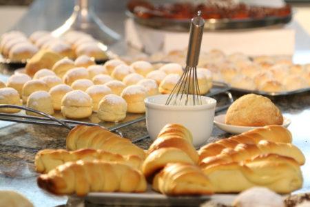 Pães de diferentes tipo sobre mesa de mármore