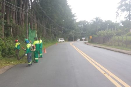 Equipe terceirizada da prefeitura fez roçada de mato no Caxambu e Engordadouro