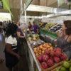 Barraca de venda de frutas, com pitayas. pêssegos, uvas e goiabas expostas