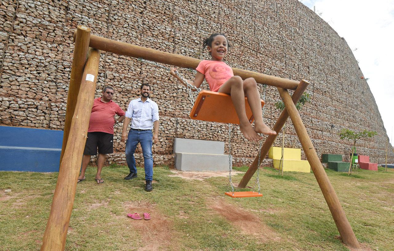 Menina brinca com o prefeito no balanço do playground