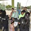 Visitantes com sacolas de alimentos na bilheteria do Parque