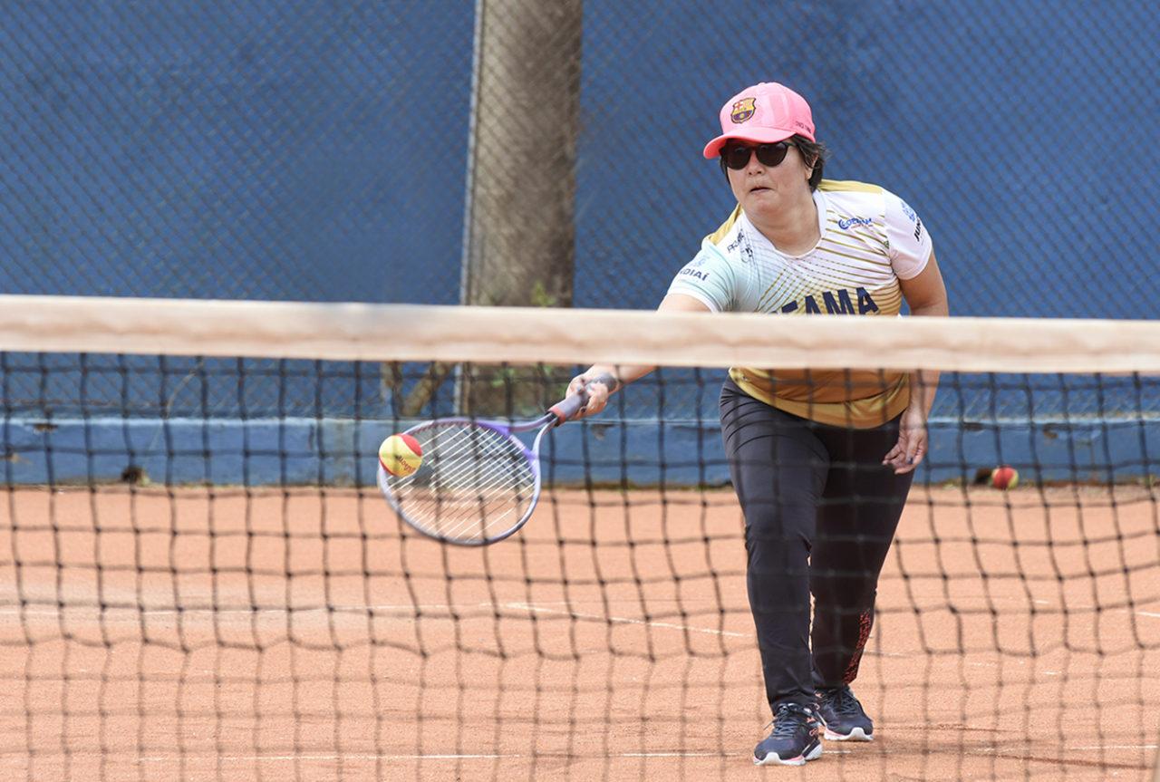 Mariana joga tênis, mas a natação é o esporte que ela mais gosta