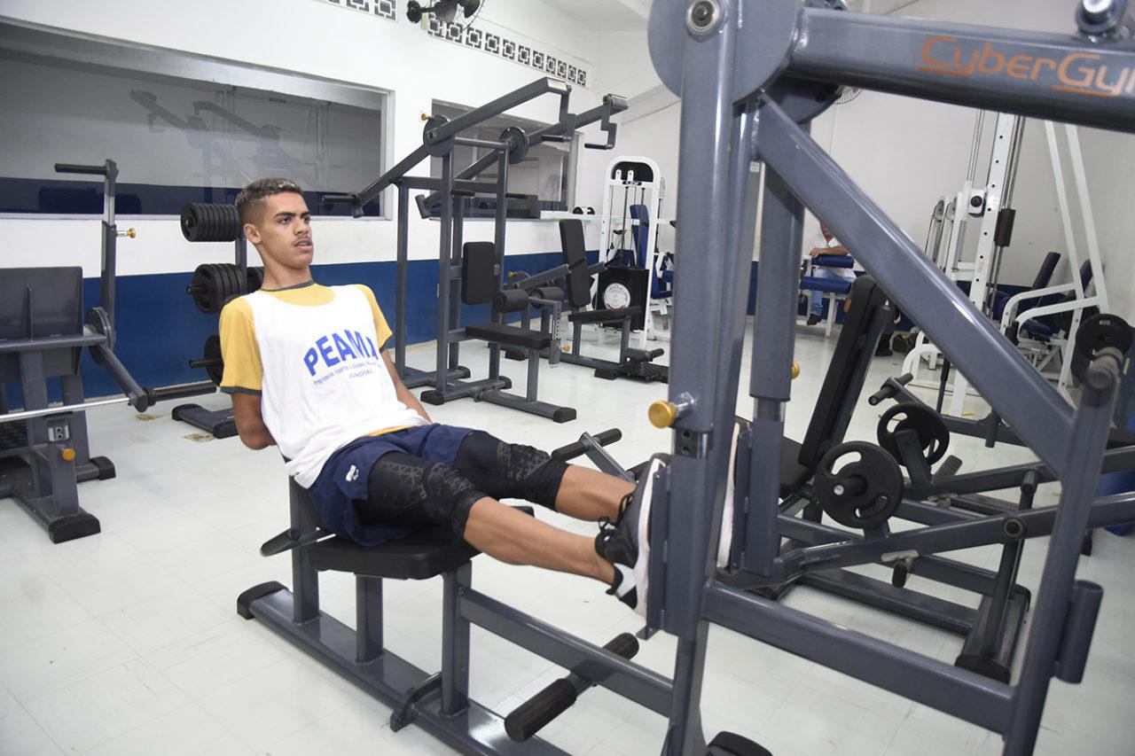 Thomaz Ruan faz exercícios na academia do Bolão