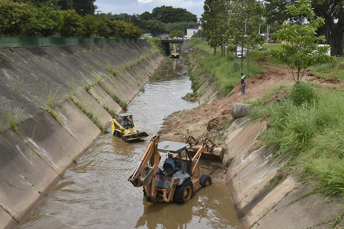 Máquinas fazem desassoreamento do Rio Guapeva, no trecho da Ponte Torta