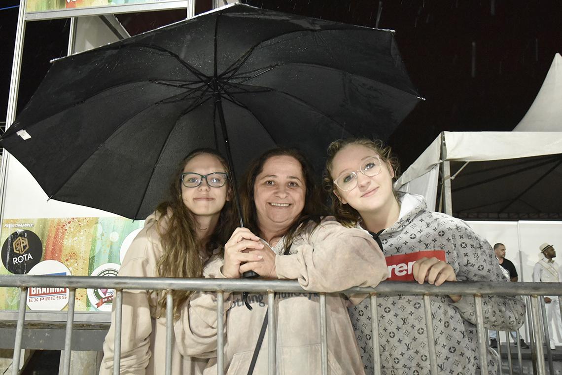 Três mulheres sorrindo