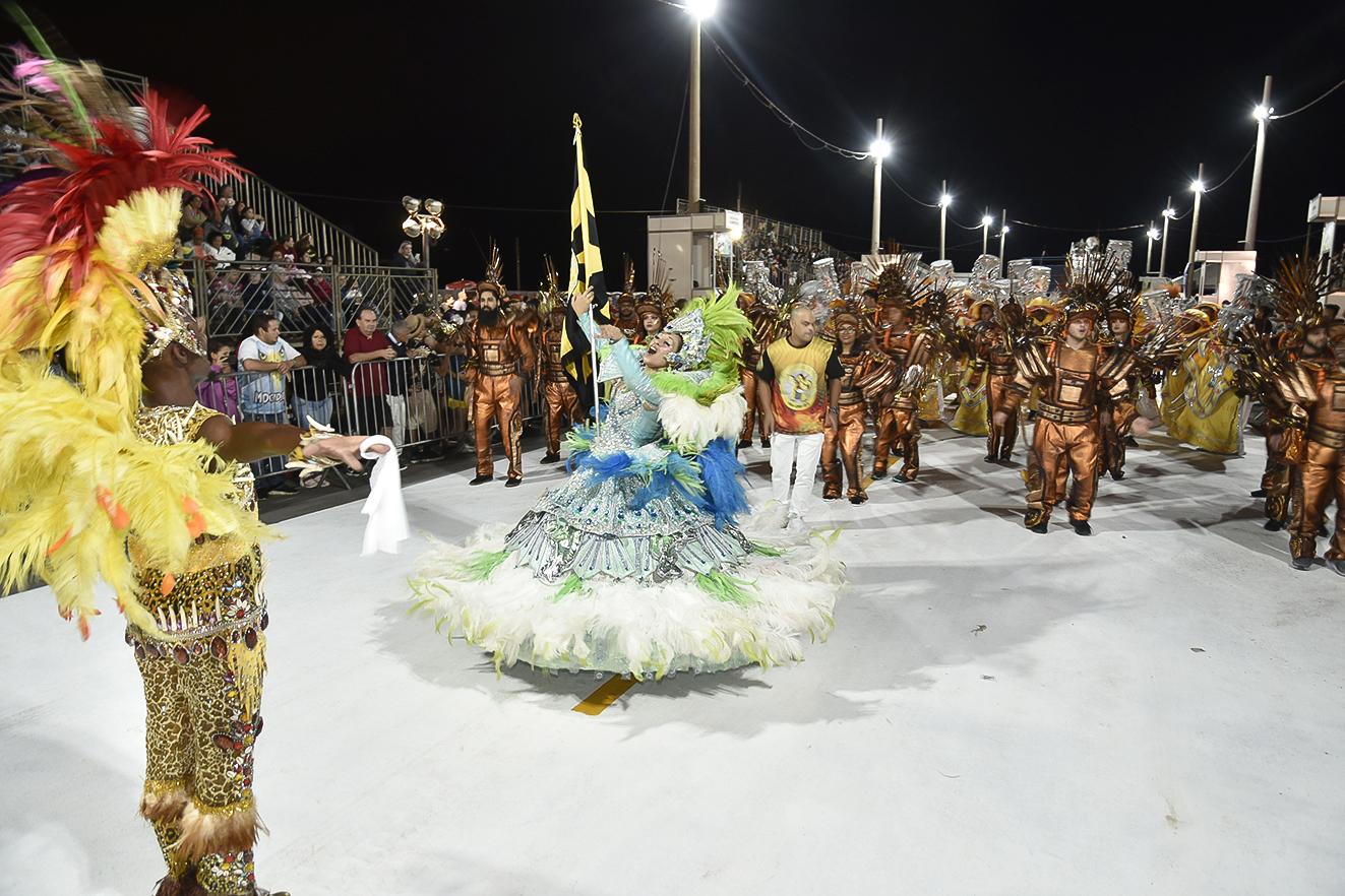 Casal de mestre-sala e porta-bandeira faz evolução no desfile deste sábado (22)