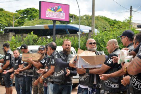 """Para descarregar todos os produtos arrecadados, os motociclistas fizeram uma """"corrente humana""""."""