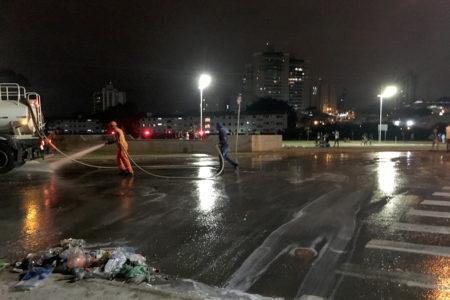 Caminhão-pipa auxilia na limpeza das ruas e avenidas após os eventos de Carnaval