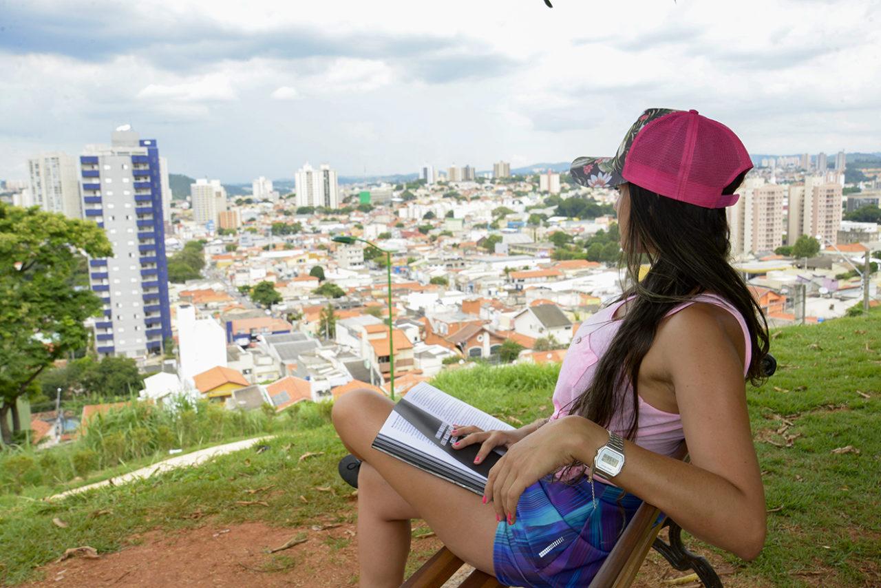 Jéssika aprecia momento de paz na praça do Jd. Bela Vista lendo um livro