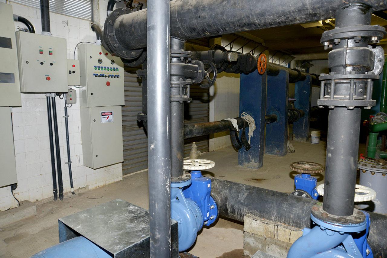 Melhoria na casa de máquinas inclui a desmontagem de parte da tubulação hidráulica e a retirada das bombas e dos filtros para limpeza