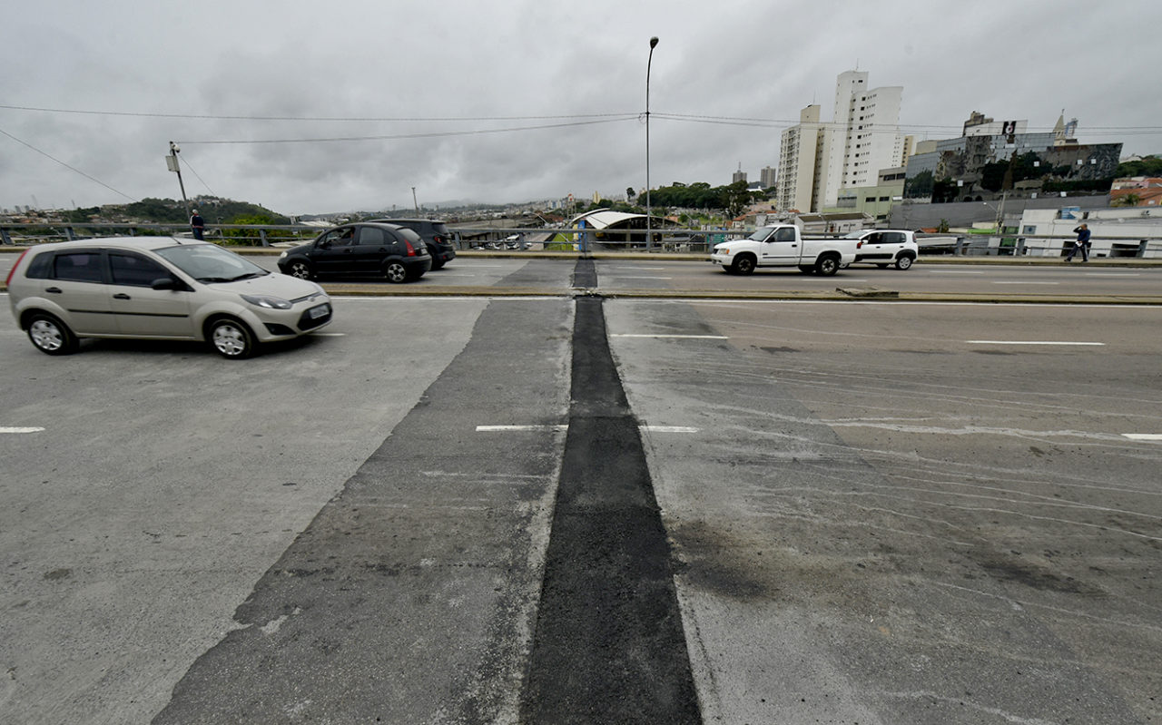 Reparo na trinca asfáltica do Viaduto da Duratex foi finalizado na noite desta terça-feira (11)