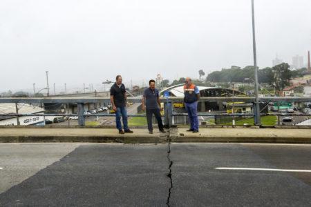 Ademir (ao centro) vistoria a junta de dilatação do Viaduto Sperandio Peliciari, na Vila Arens