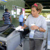 Funcionária do Terminal Cecap limpa catraca várias vezes ao dia