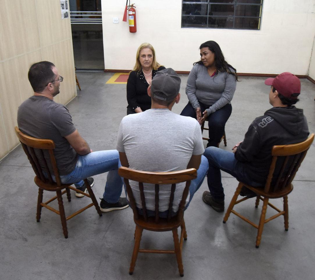 Grupo de pessoas conversando, sentadas em círculo