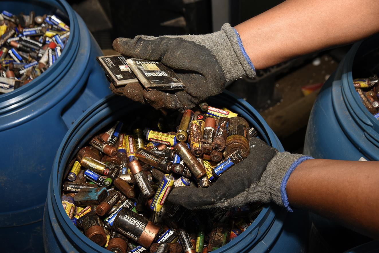 Pilhas e baterias de celular não podem ser descartadas em qualquer lugar