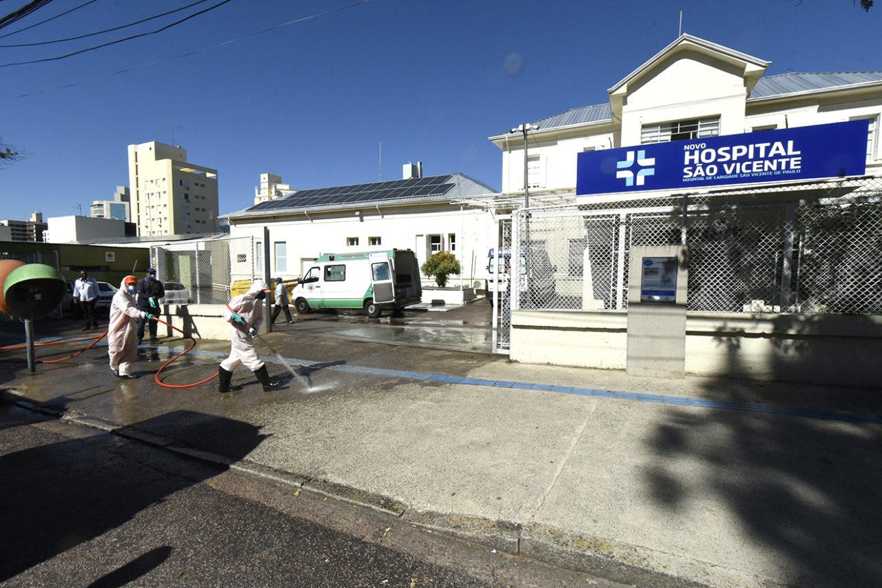 Equipes de empresas terceirizadas da Prefeitura higienizaram entorno e parte interna do Hospital São Vicente