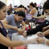 Alunas em aula prática em curso de manicure