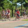 Crianças andando de bicicleta pelo Parque da Cidade