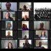 Mosaico de fotos com pessoas sentadas, olhando para uma tela, em ambiente doméstico