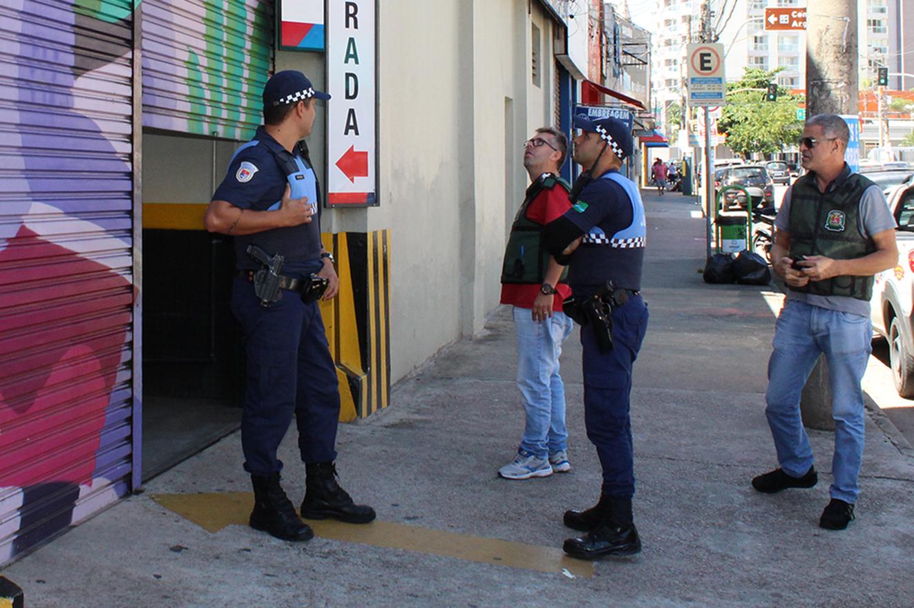 Outra ação executada pela Guarda Municipal em tempos de pandemia é o apoio às equipes de fiscalização do comércio