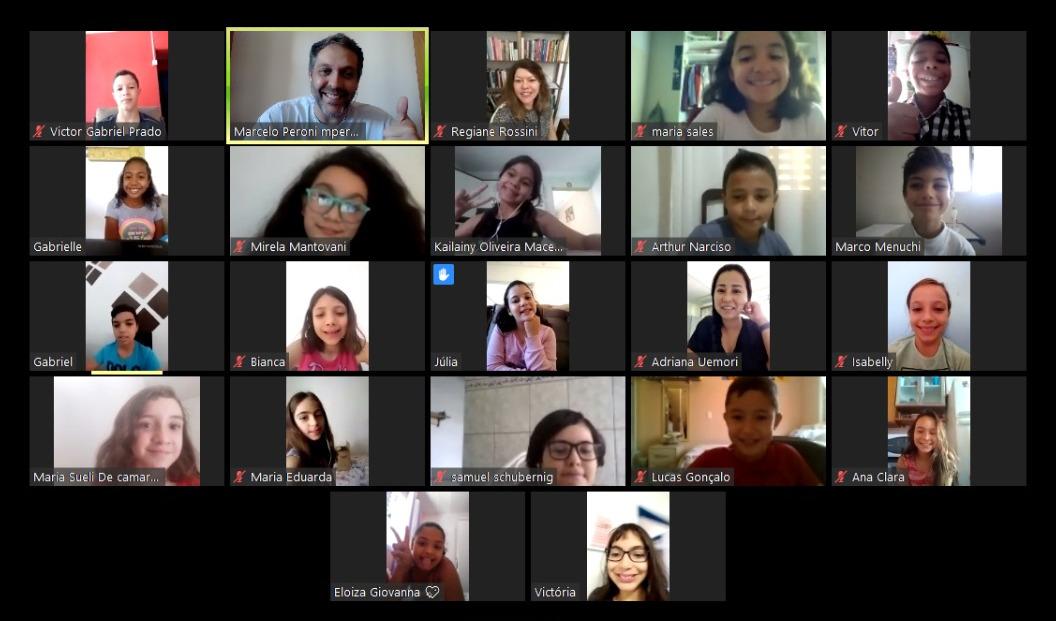 Mosaico de telas de adultos e crianças conversando em reunião em plataforma de reuniões digitais