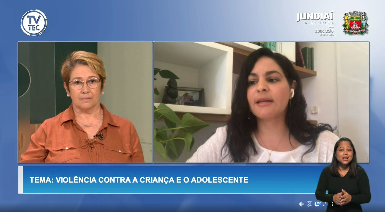 Captura de tela com duas mulheres em quadros separados na parte centra da tela, com tradutora de libras abaixo fazendo gestos