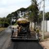 Máquina asfaltando rua