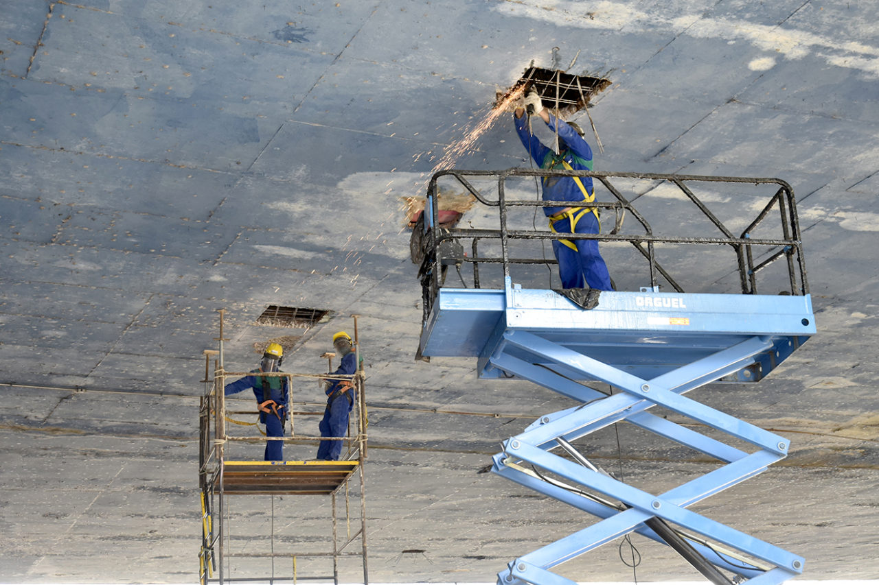 Homens fazem manutenção do viaduto Eng. Romão Nasser, sobre a Av. 9 de Julho