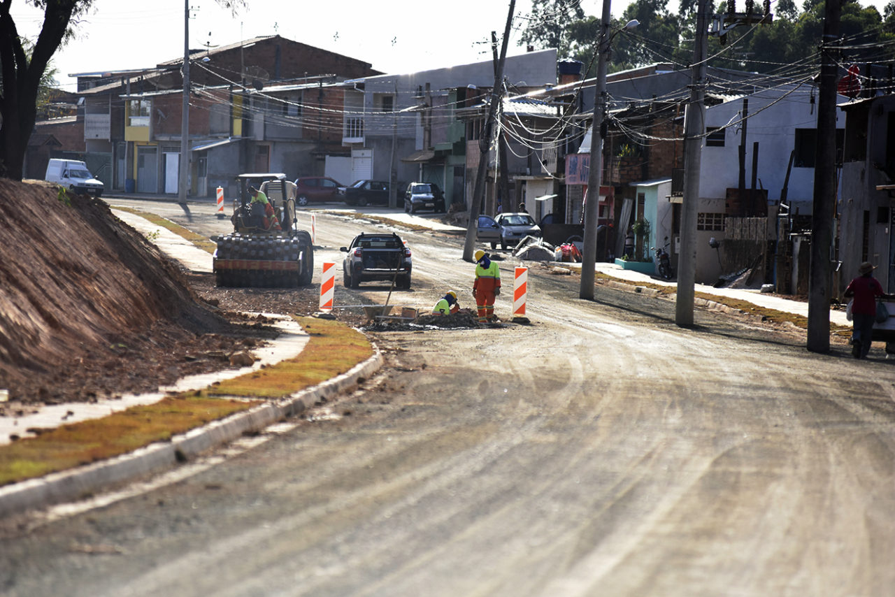Parte da Rua 8 já tem calçada, guia e primeira camada de asfalto