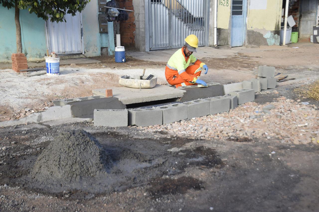 Trabalhadores fazem boca de lobo, por onde vai escoar a água da chuva