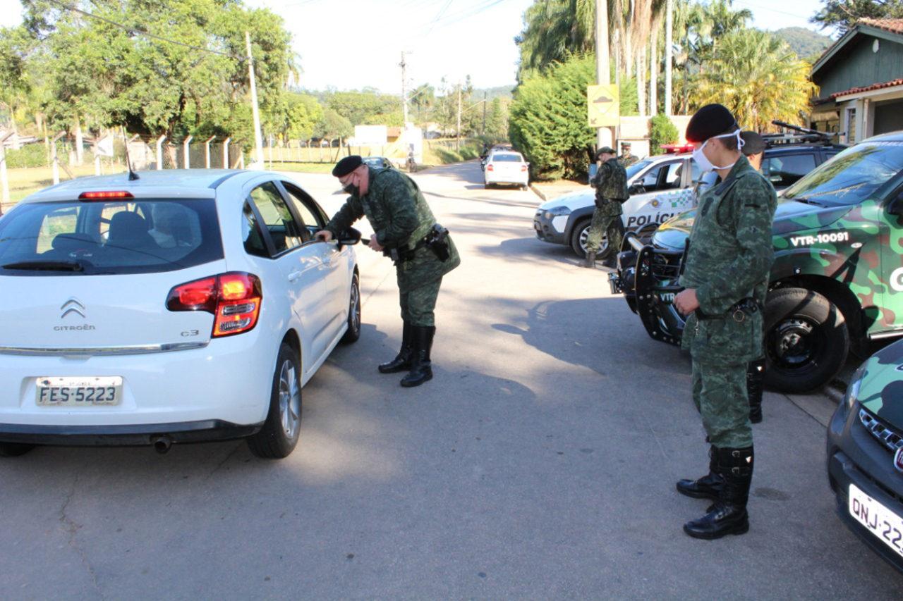 Guardas municipais e PMs vêm orientando motoristas, pedestres e ciclistas na serra