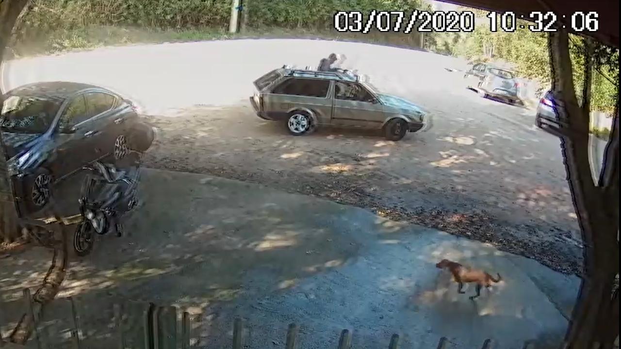 Homem se prepara para ir embora depois de deixar cachorro na porta do DEBEA