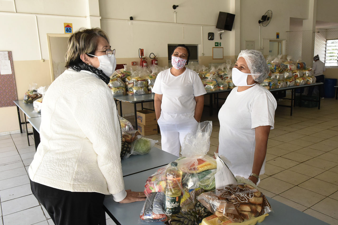 Gestora Vastí Marques acompanhou a entrega de kits nesta quinta-feira