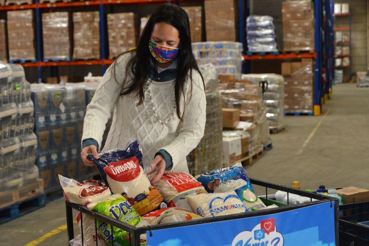 Primeira-dama observa os alimentos que estão acomodados em um cesto de metal