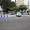"""Carro faz curva aberta para acessar a Rua Pitangueiras, no Vianelo, ao lado do espaço do projeto """"Segurança de Pedestres"""""""