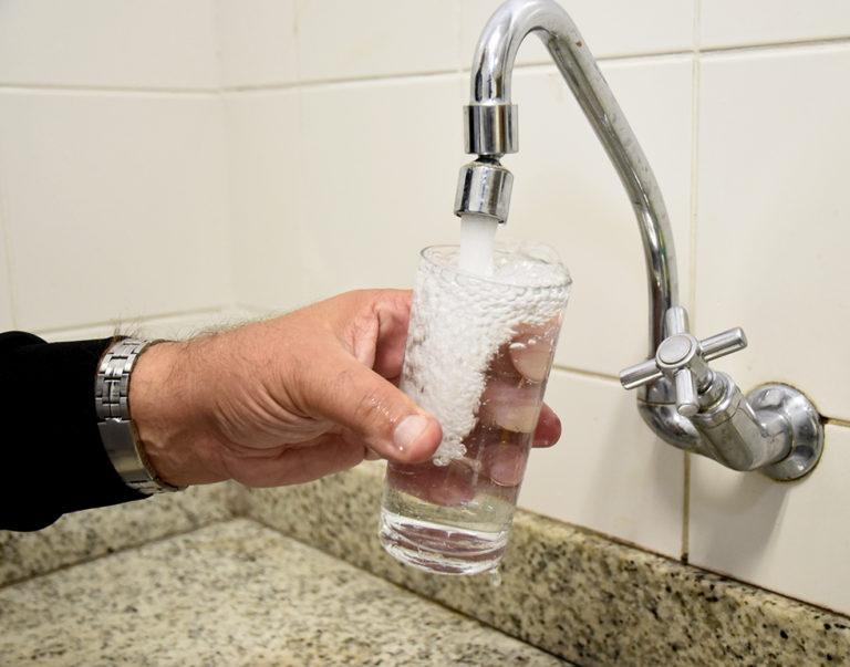 Apesar da medida, para que não haja colapso no sistema de abastecimento de água e esgoto do município, a DAE reforça o pedido para que os clientes que possuem condições mantenham seus pagamentos em dia.