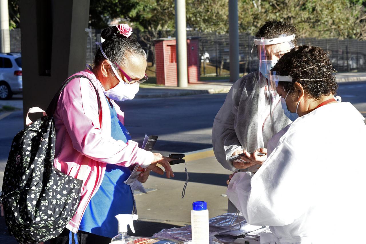 Mulher passa por exame para analisar a oxigenação do sangue