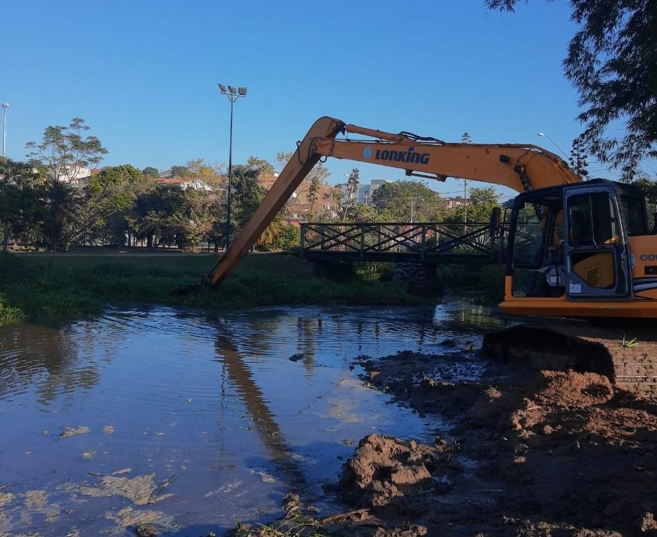 Em 10 dias de trabalho, já foi tirado da Represa do Tulipas o equivalente a 30 caminhões de resíduos