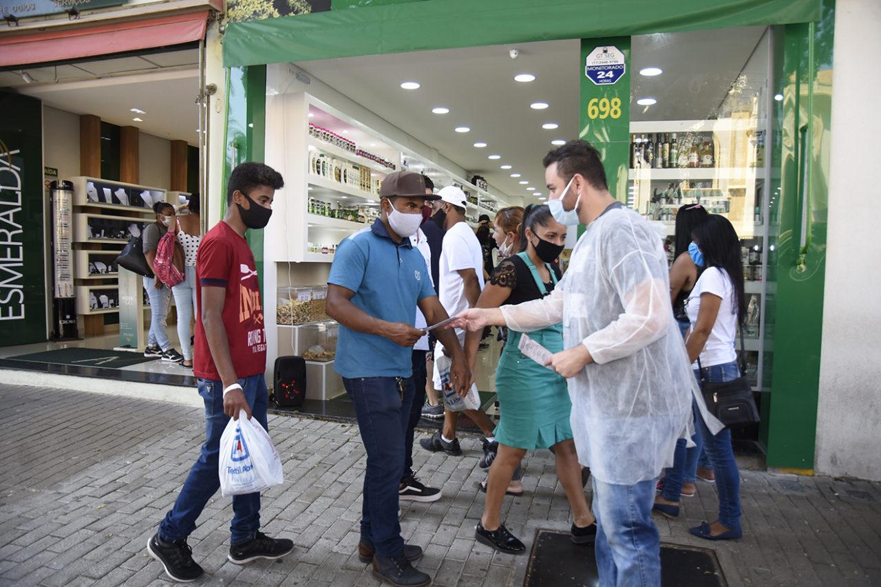 Profissionais de Saúde de Jundiaí entregaram folhetos e máscaras neste sábado na Praça da Matriz