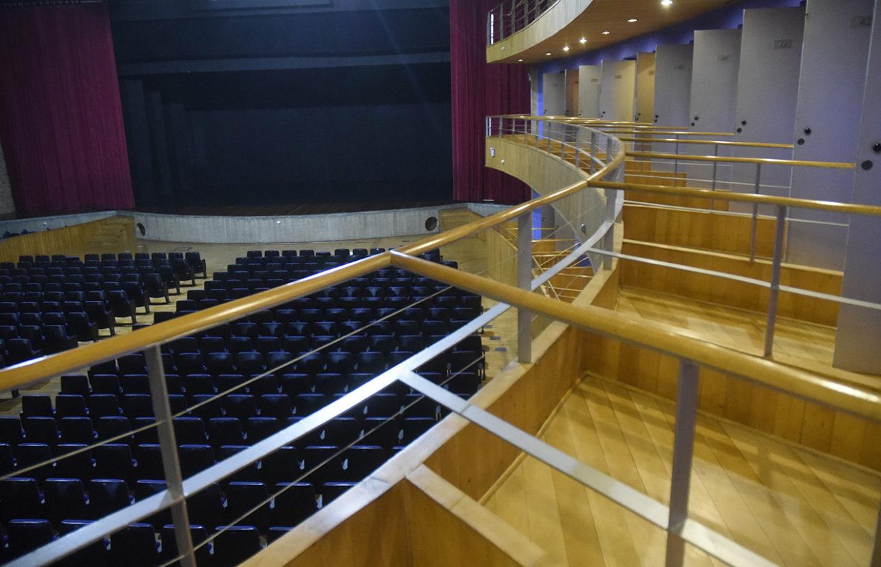 Foto de teatro vazio, vista a partir de uma de suas galerias, com palco e plateia vazios