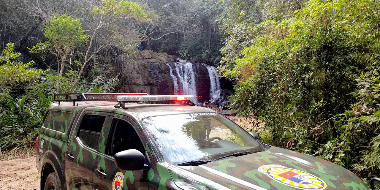 Carro da Guarda Municipal de Jundiaí parado próximo a uma cachoeira na Serra do Japi, com equipe em fiscalização do espaço