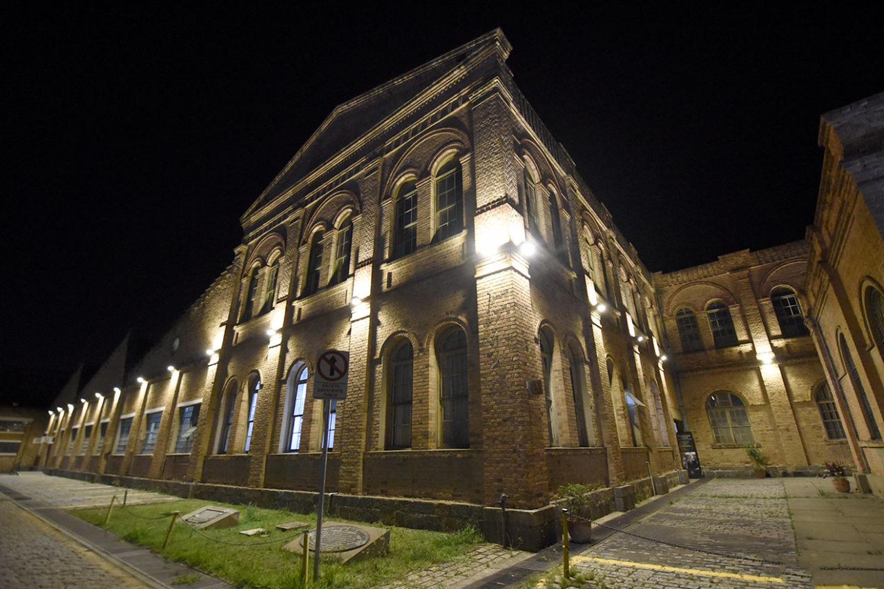imagem mostra prédio do complexo Fepasa, iluminado