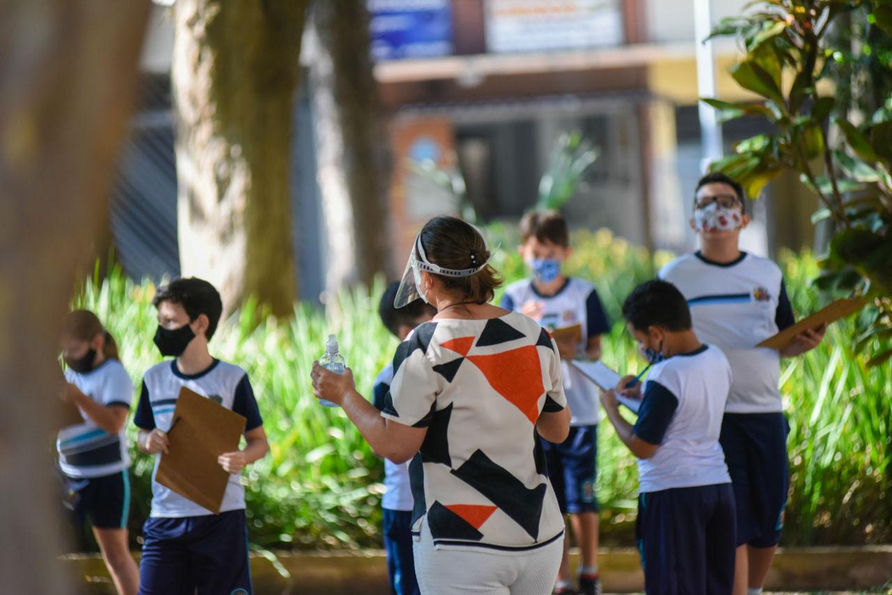 Crianças em praça com professora
