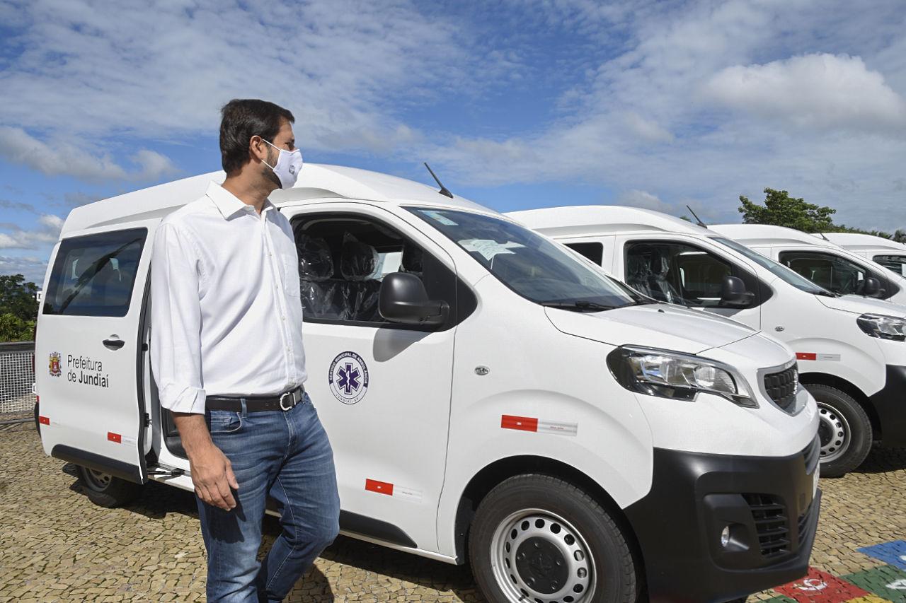 Prefeito Luiz Fernando Machado ao lado das novas ambulâncias - veículos brancos